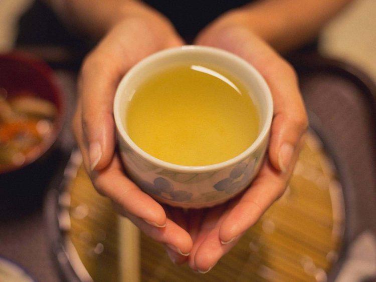 Заваренный чай в чашке