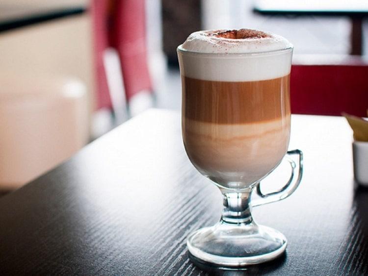 Кофе латте в стакане