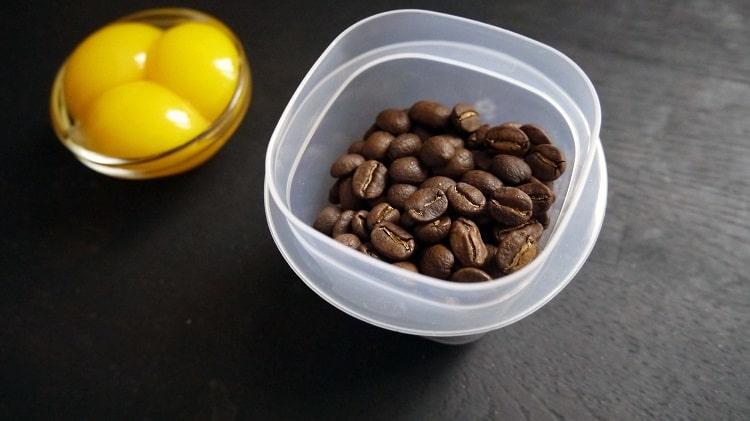 Маска из кофе и желтков