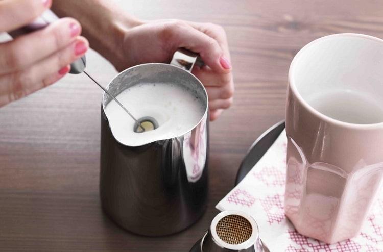 Процесс взбивания молока
