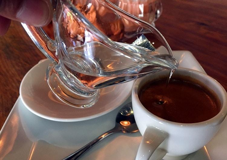 Добавление воды в кофе